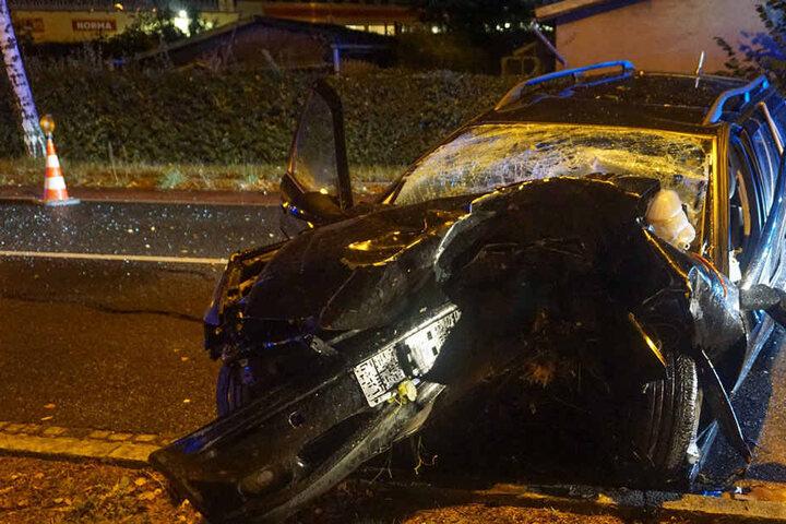 Ein Wunder, dass der Fahrer bei diesem Horror-Crash nur leicht verletzt wurde.