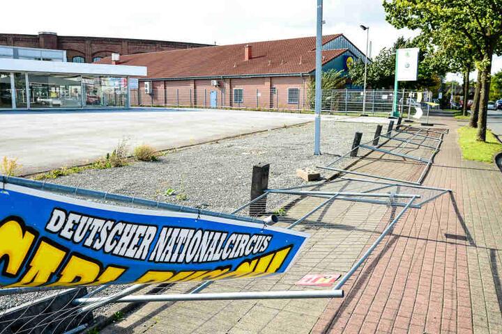 Ein Bauzaun an der Stadtheider Straße war vor dem heftigen Wind nicht siher.