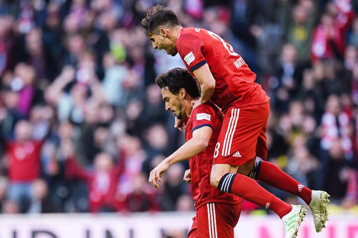 Mats Hummels (l.) wurde von Javi Martinez für sein Tor zum 1:0 für die Bayern gefeiert.