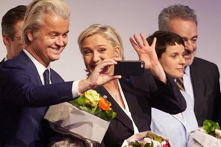 Auch der Vorsitzende der niederländischen Freiheitspartei (PVV), Geert Wilders und die Vorsitzende des französischen Front National (FN), Marine Le Pen waren bei der Tagung dabei.