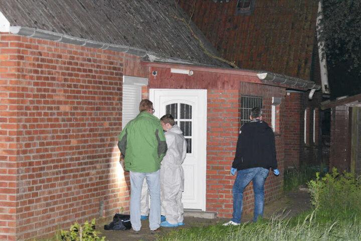 Die Polizei stellt Spuren am Wohnhaus der getöteten Frau sicher.