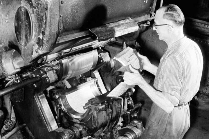 Druck anno 1957 in Leipzig. Das Herz der Buchstadt schlug im graphischen Viertel, östlich der Innenstadt. Unzählige Firmen und Verlage beschäftigten sich dort mit der Herstellung und Produktion von Printmedien.
