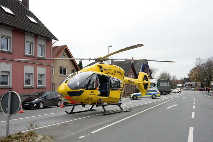 Der Rettungshubschrauber hat den Schwerverletzten in ein Bielefelder Krankenhaus geflogen.