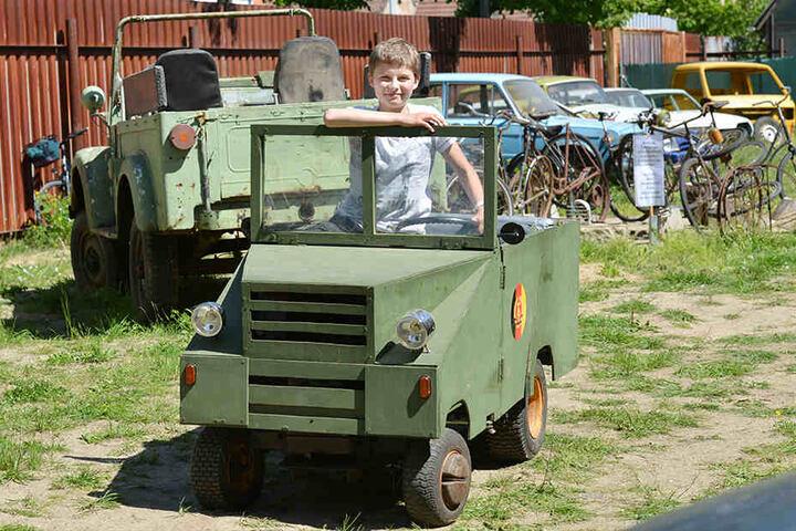 """Der 13-jährige Julien fuhr in einem Holz-Gefährt in NVA-Geländewagen-Optik vor. Er hat die """"Maschine"""" selbst mit 'nem Kumpel gezimmert!"""