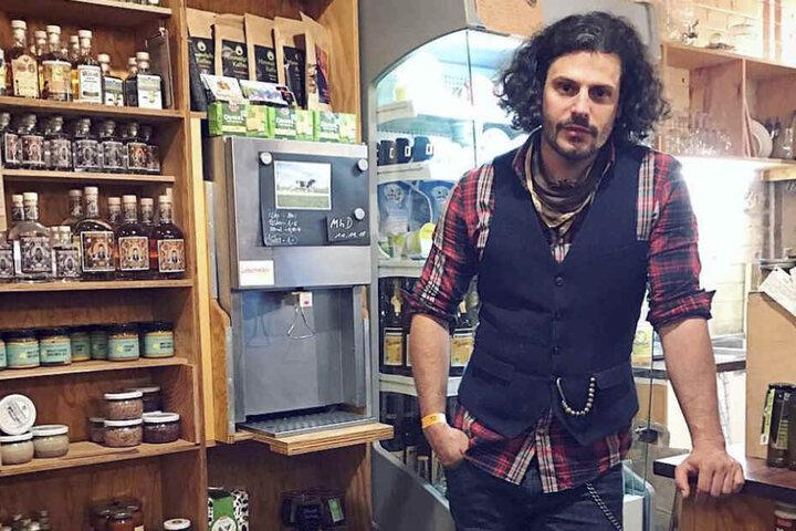 Schauspieler Manuel Cortez steht in seinem Hofladen vor dem Regal.