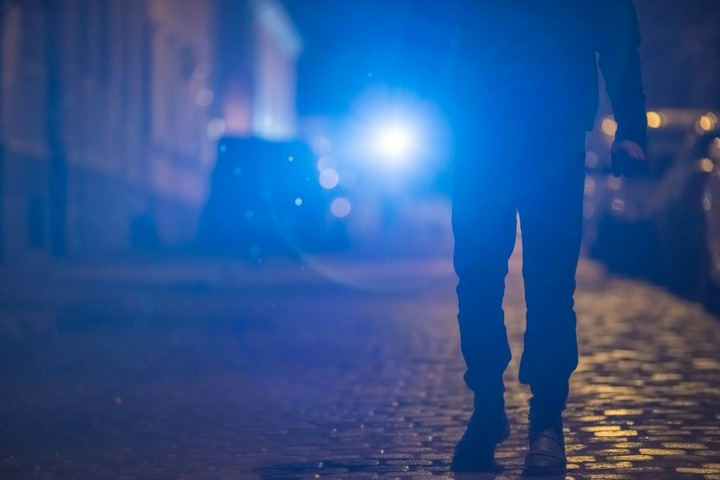 Die Täter versuchten im Schutz der Nacht die junge Frau zu überwältigen. (Symbolbild)