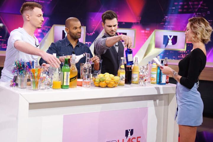 Kevin, Steven und Said mixen Cocktails für Kandidatin Helena (24). Wird es dem Chemnitzer gelingen, das Herz der Münchnerin zu erobern?