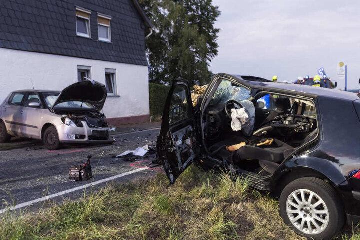Der Fahrer des schwarzen VW Golf wurde durch die Wucht des Aufpralls in seinem Wagen eingeklemmt.