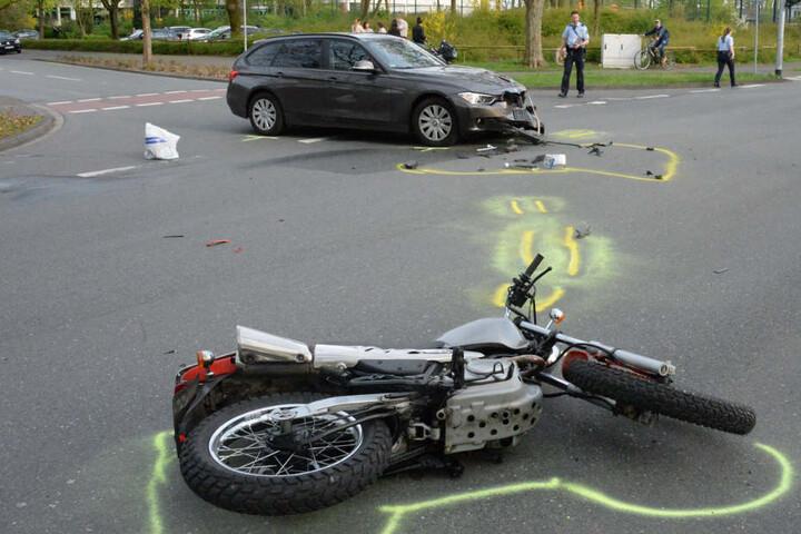 Das Motorrad flog ebenfalls mehrere Meter weit.
