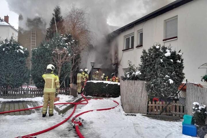 Die Polizei musste den Brand in dem Wohnhaus von mehreren Seiten löschen.
