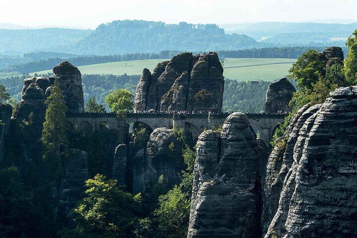 Blick auf die Basteibrücke im Nationalpark Sächsische Schweiz. Die Sandsteinbrücke ist die älteste und bekannteste Touristenattraktion in der Sächsischen Schweiz und wurde 1851 erbaut. Sie hat eine Länge von 76,50 Metern und überspannt mit sieben Bögen ei