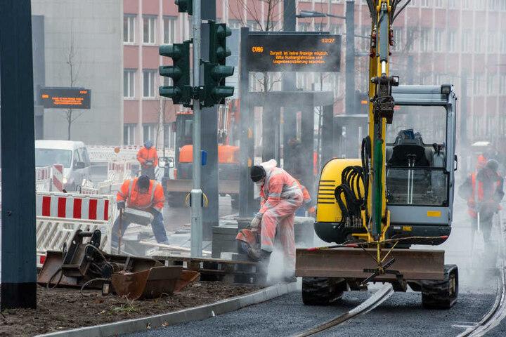 Noch haben die Bagger auf der Reichenhainer Straße das Sagen: Ab Fahrplanwechsel am Sonntag rollen die Trams der Citybahn zur Uni.