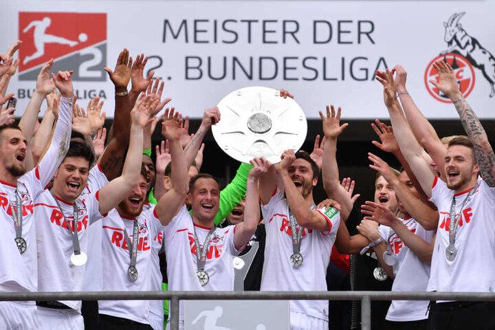 Die Spieler von Köln um Matthias Lehmann (Mitte links) und Jonas Hector (Mitte rechts) jubeln mit der Meisterschale der 2. Bundesliga.
