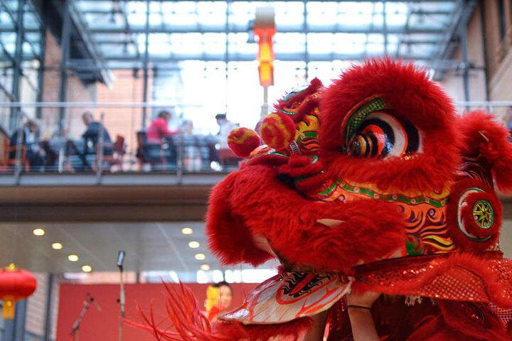Mitten im Einkaufszentrum Potsdamer Platz Arcaden wird den Besuchern eine Show mit traditionellen Kostümen geboten.