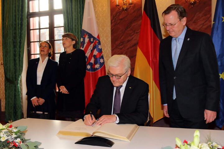 Frank-Walter Steinmeier trägt sich in das Goldene Buch des Freistaats ein.