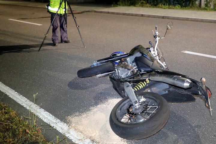Ein Motorradfahrer ist in der Nacht auf der Zschpauer Straße gesperrt.