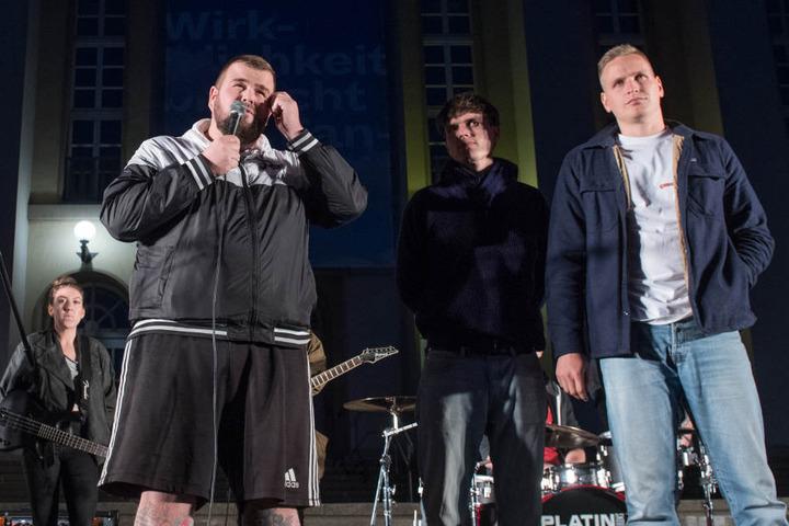 """Vor dem Konzert waren Frontmann Jan """"Monchi"""" Gorkow und seine Bandkollegen Jacobus North (2.v.r.) und Kai Irrgang auf einer Demo gegen Rechts aufgetreten."""