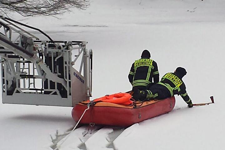 Im Rahmen der Übung wurde die Eisdicke im Stadtpark gleich mit vermessen. Sie  beträgt durchschnittlich zwischen 8 und 10 Zentimetern.