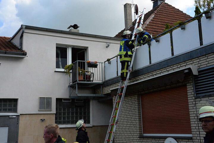Über einen Balkon mussten die Einsatzkräfte in die Wohnung gehen.