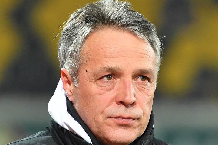 Ein Blick, der viel verrät. Uwe Neuhaus war nach der Darmstadt-Pleite angefressen. Er kündigte da schon Veränderungen an.