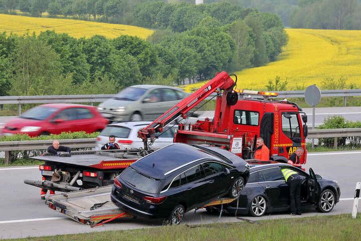 Die Bergung der beiden Opel nahm einen guten Teil der Fahrbahn in Richtung Gera in Anspruch.