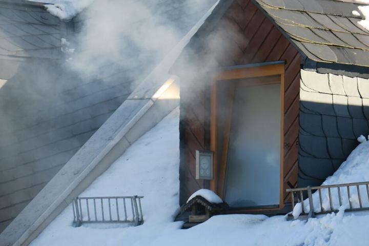Qualm drang aus dem Dachgeschoss des Hauses.