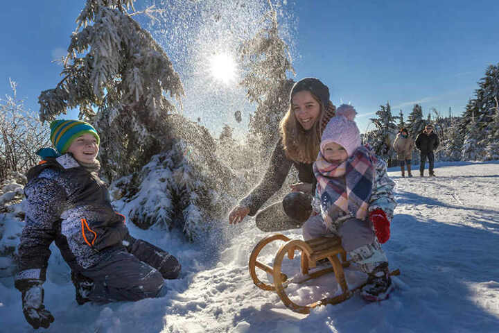 Spaß im Schnee: Auf dem Fichtelberg ging das auch am Freitag schon.