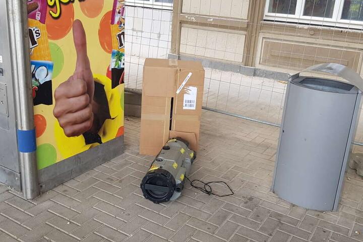 In dem verdächtigen Pappkarton befand sich ein alter Ghettoblaster eines offenbar frühzeitig entlassenen Häftlings der JVA Bautzen.