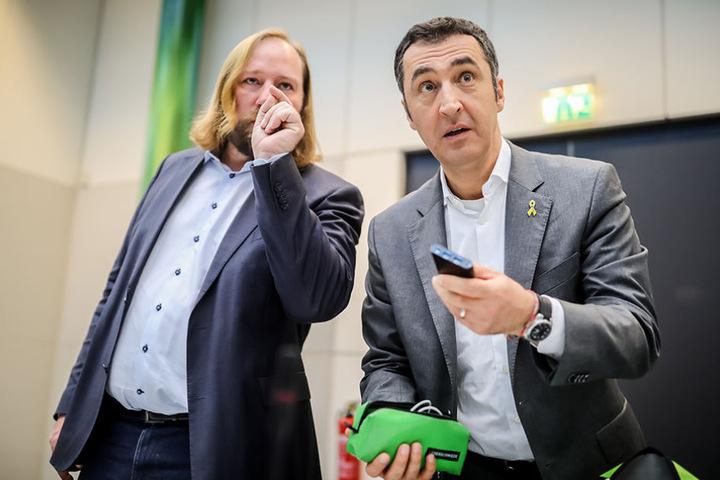 Cem Özdemir (r), Bundesvorsitzender von Bündnis 90/Die Grünen, spricht neben Grünen Fraktionschef Anton Hofreiter in Berlin vor Beginn der Sitzung der Grünen Bundestagsfraktion.