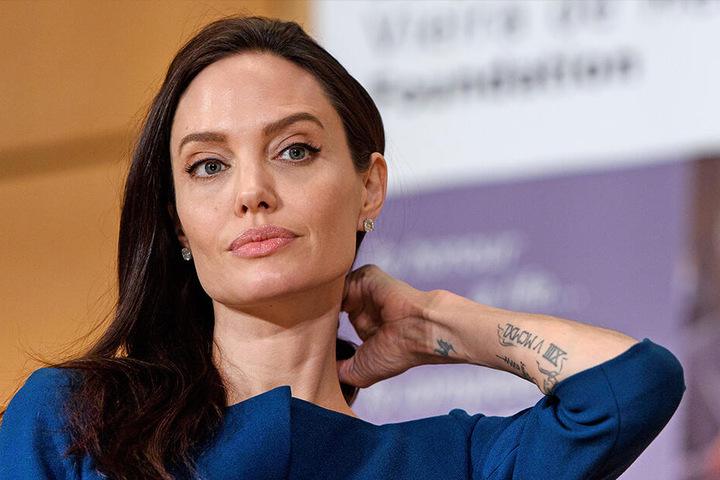 Angelina Jolie soll schockiert sein, dass sich Brad Pitt und Jennifer Aniston wieder treffen.