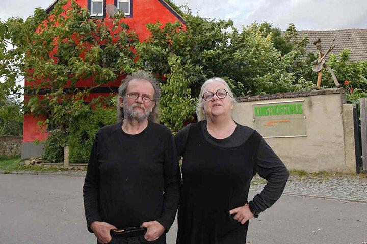 """Wollen jetzt mit Hilfe von Stiftungsgeldern ihr Grundstück für 250000 Euro zurückkaufen: die Künstler Sigrid Koerner (62) und Uwe Piller (63) vor ihrem """"Kunsthof Gohlis""""."""