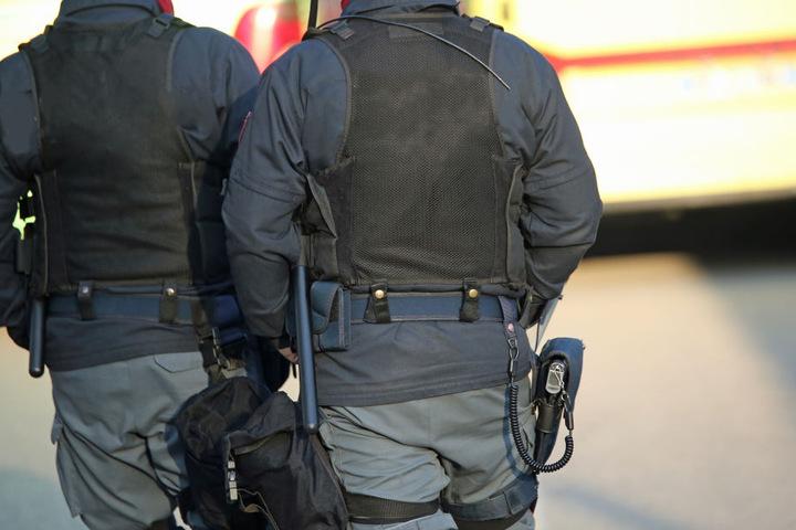 450 Polizisten durchsuchten daher am Mittwoch und Donnerstag 28 Häuser in Berlin, Brandenburg und Niedersachsen (Symbolbild).
