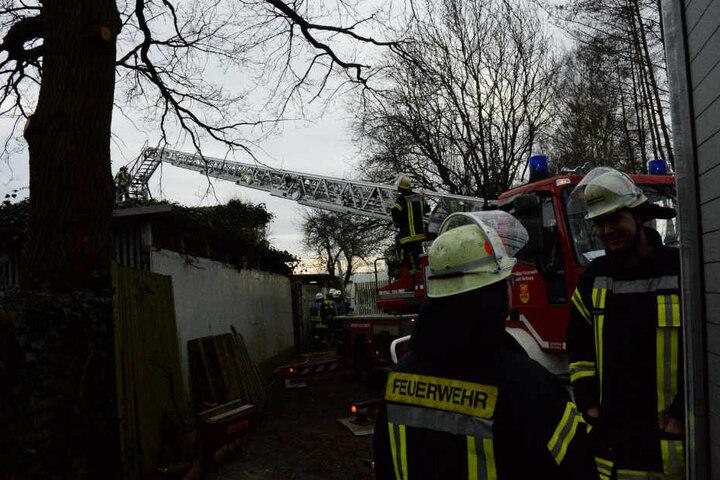 Die Feuerwehr überprüfte das Dach nach eventuellen Glutnestern.