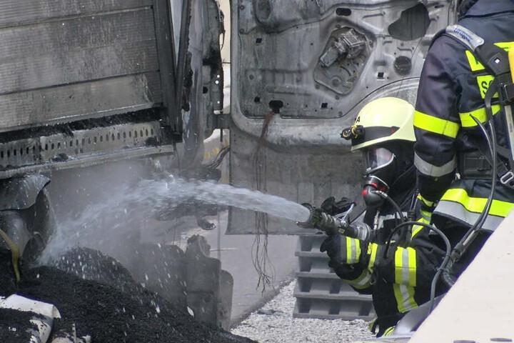 Tapfer löscht ein Feuerwehrmann die letzten Glutnester.