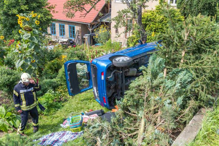 Das Auto verkeilte sich an einem Obstbaum.
