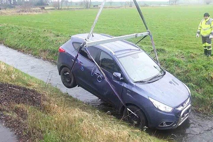 Der Fahrer kam mit seinem Wagen von der glatten Straße ab und landete im Bach.