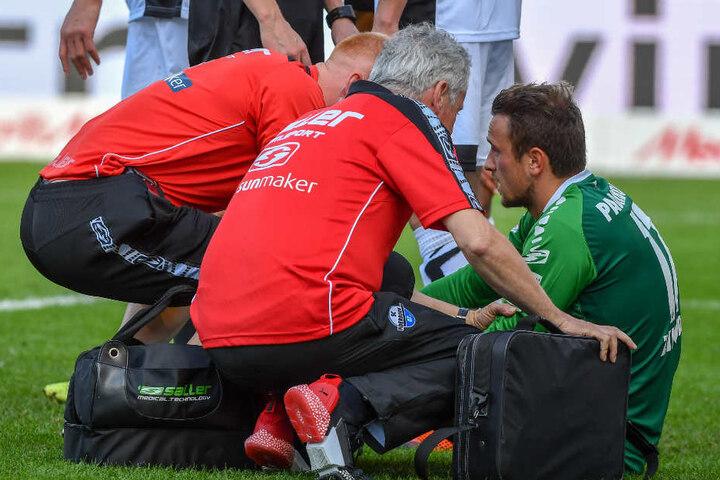Bei Verletzungen, wie hier von SCP-Keeper Leopold Zingerle sind die kompetenten Ärzte stets zur Stelle.