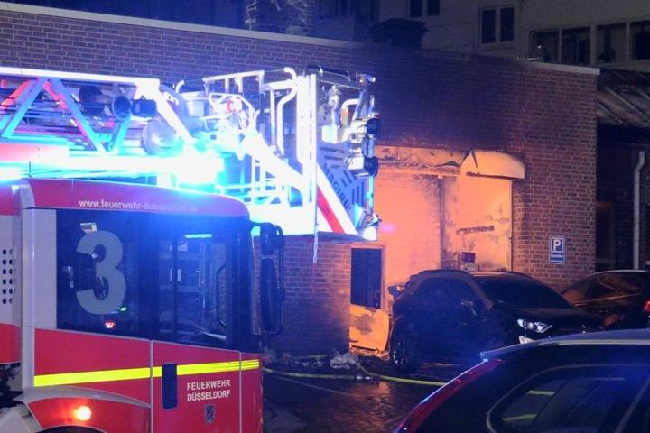 Beim Eintreffen der Feuerwache schlugen große Flammen aus einem Müllraum des Autohauses.