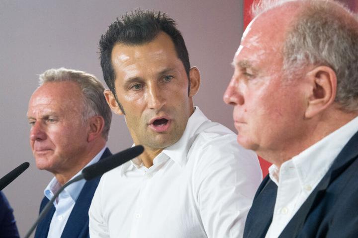 Hasan Salihamidzic (M.) wird von Karl-Heinz Rummenigge (l.) und Uli Hoeneß (r.) stets gelobt.