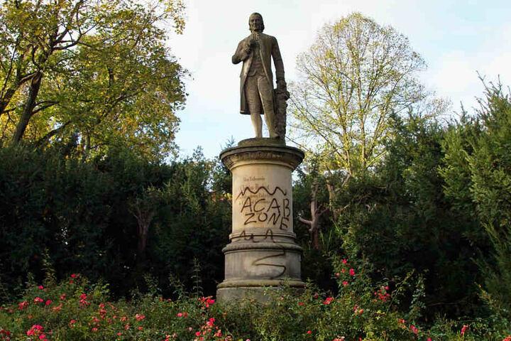 Das Denkmal steht in der Nähe der Hochheimer Straße.