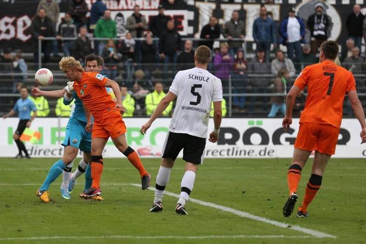 2013 in Sandhausen: Jan Hochscheidt (links) köpft dem Torhüter den Ball aus den Armen und rettet Aue.