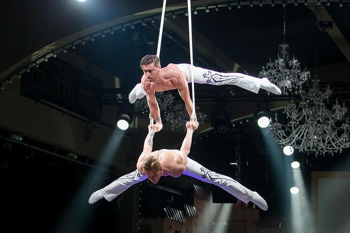Im Erlwein-Capitol sind Akrobaten bei der Feier im Stil der 50er Jahre mit am Start.
