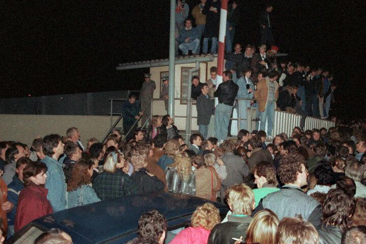 In der Nacht vom 9. auf den 10. November 1989 strömen die Menschen über einen Grenzübergang nach West-Berlin.