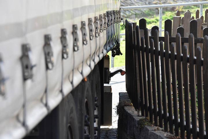 Er hatte sich zwischen einer Hauswand und einem Zaun verkeilt.