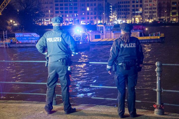 Unterstützt wurden sie von der Polizei, die vom Ufer aus Ausschau nach dem Mann hielt.