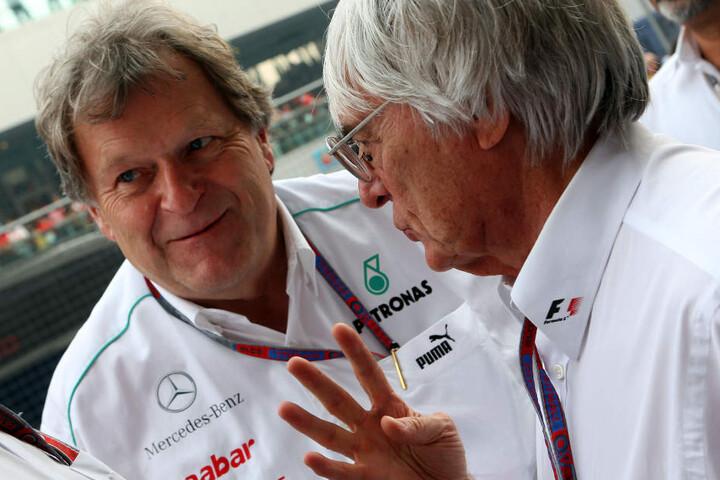 Oktober 2012: Mercedes-Motorsportchef Norbert Haug im Gespräch mit dem damaligen Formel-1-Boss Bernie Ecclestone (rechts).
