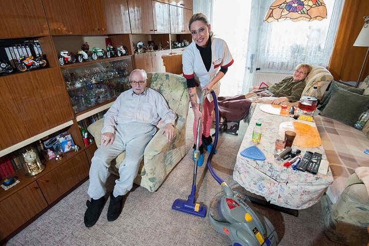 Stripperin Michelle putzt als Altenpflegerin bei Heinz-Jochen Naumann (79) und seiner Frau Renate (76) das Wohnzimmer.