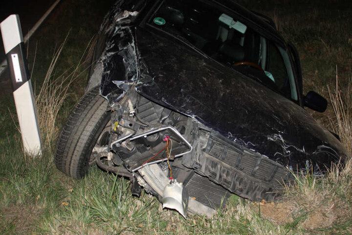 Völlig zerstört blieb der Wagen schließlich im Graben stecken.