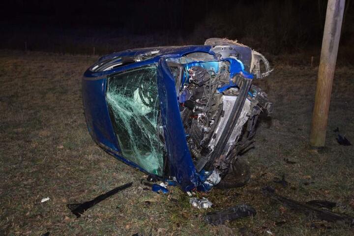 Die Front des Peugeot wurde bei dem Crash völlig zerstört.