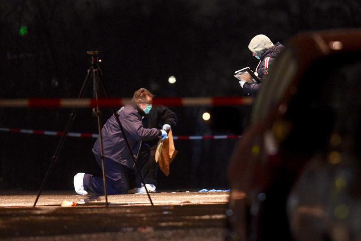 Die Mordkommission untersucht der Tatort.